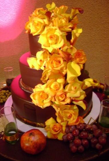 Gorgeous wedding cake with fresh flowers